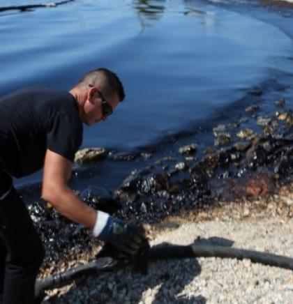 Na obalama Atine traje operacija čišćenja izlivene nafte