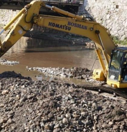 Skaka: Akcija čišćenja zidova korita rijeke Miljacke privodi se kraju