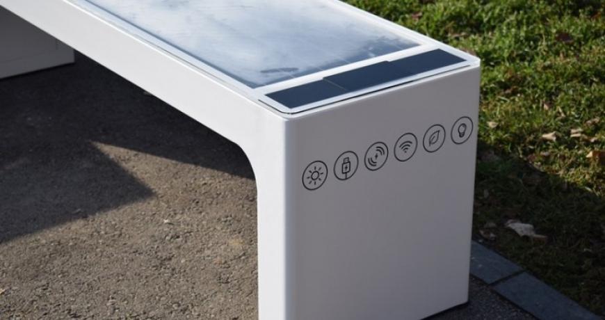 Na tri lokacije u Centru Sarajeva postavljene pametne solarne klupa