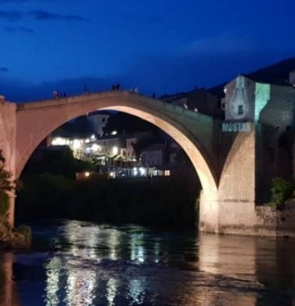 Mostarski studenti osvijetlili Stari most, simbol svoga grada