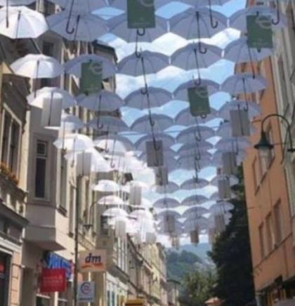 Sarajevska Ferhadija u novom ruhu, ulica bijelih kišobrana