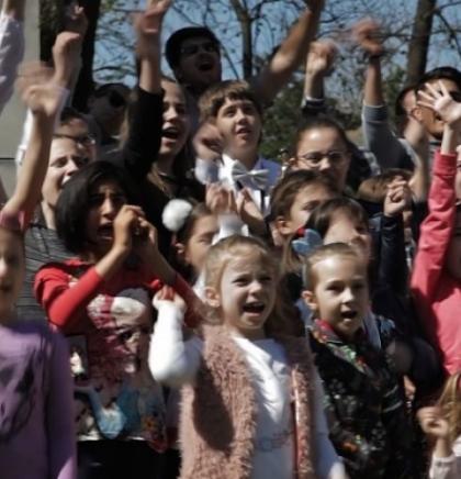 Djeca Bihaća s vršnjacima migrantima snimili video spot 'Djeca svijeta'