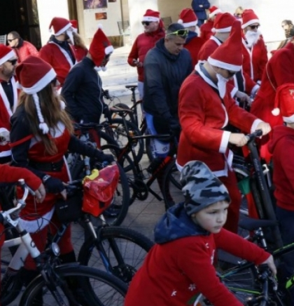 Mostar: Održana biciklijada Djeda Božićnjaka, razveselila najmlađe