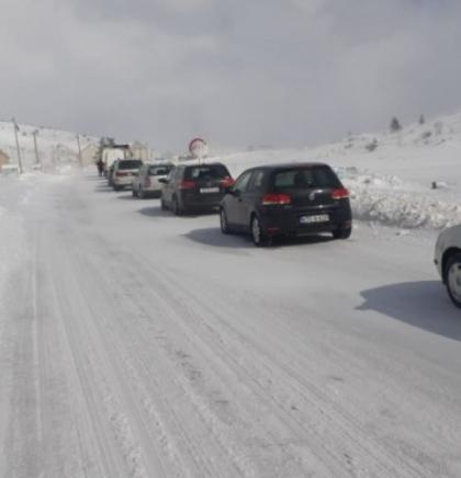 Snijeg na kolovozu u višim predjelima na području Glamoča, Livna i Kupresa