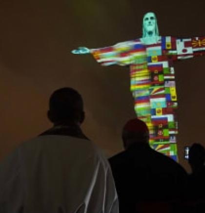 Brazilski kip Krista Iskupitelja osvijetljen zastavama zemalja pogođenim koronavirusom