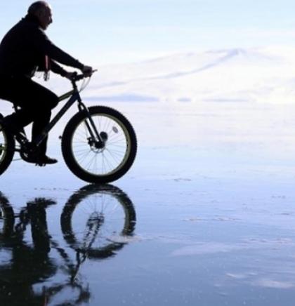 Za turiste vožnja biciklom po zaleđenom jezeru Cildir u istočnoj Anadoliji