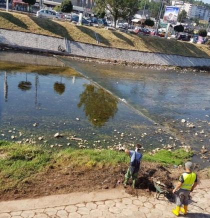 Jutarnja akcija: Čišćenje korita rijeke Miljacke