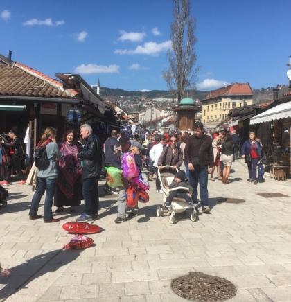Suncem okupano Sarajevo: Ulice pune sarajlija i turista